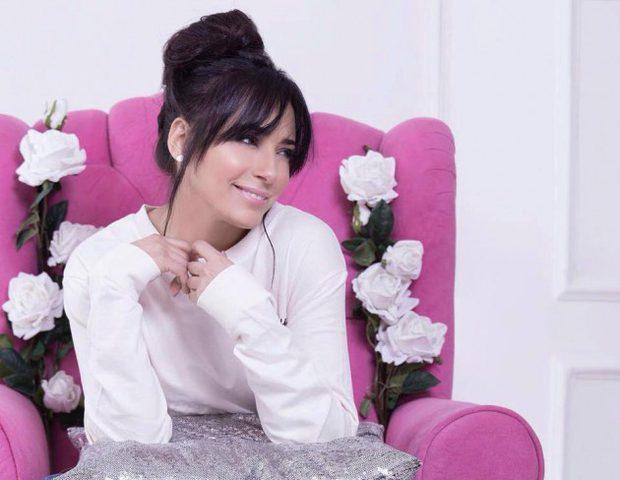 المصرية ساندي تزور أطفال مرضى السرطان
