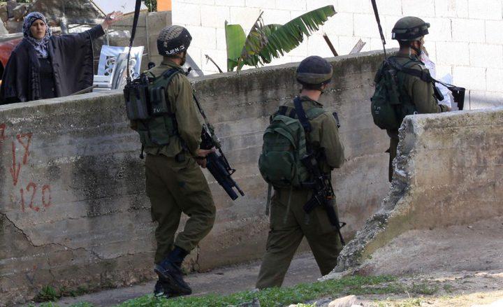 الاحتلال يخطر بوقف البناء في ثلاثة منازل شرق قلقيلية