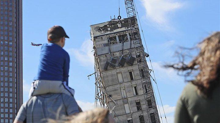 برج دالاس المائل... يسقط بواسطة كرة!