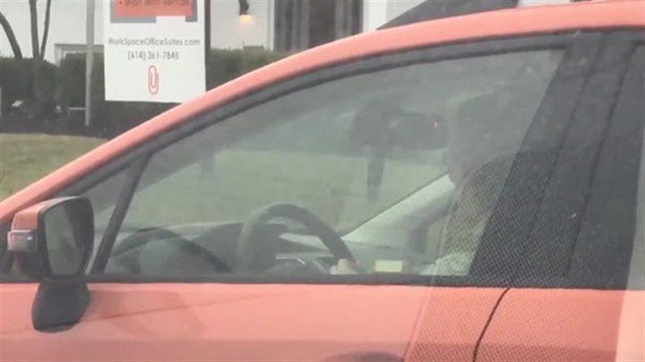 إمرأة تخيط الصوف أثناء القيادة