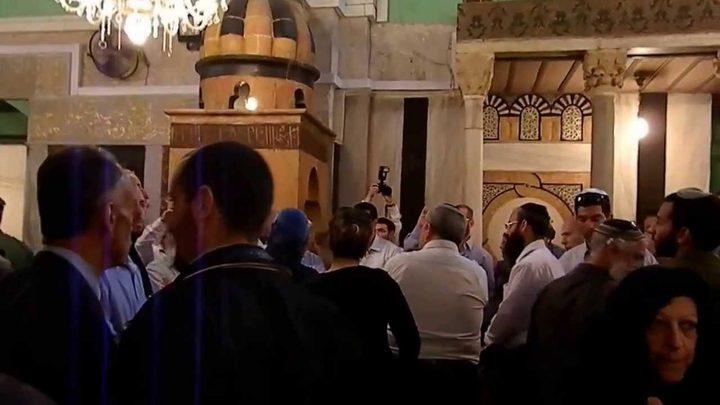 مستوطنون يقتحمون حي الطيرة في رام الله بحماية قوات الاحتلال