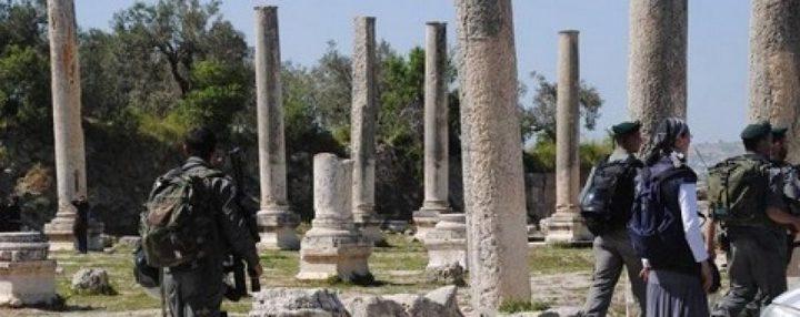 مستوطنون بحماية قوات الاحتلال يقتحمون الموقع الأثري في سبسطية