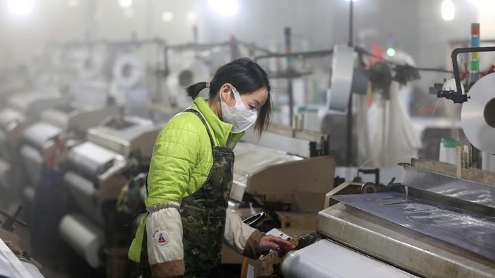 كورونا يتراجع بالصين ويواصل انتشاره في العالم