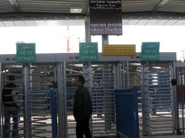 """الاحتلال يعيد عمال ويمنعهم من الدخول للعمل في """"إسرائيل"""""""