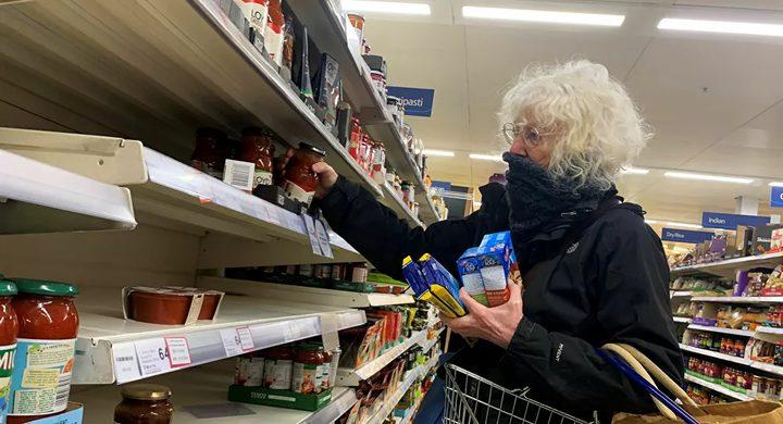 شخص يخزن كميات هائلة من المواد الغذائية بسبب كورونا