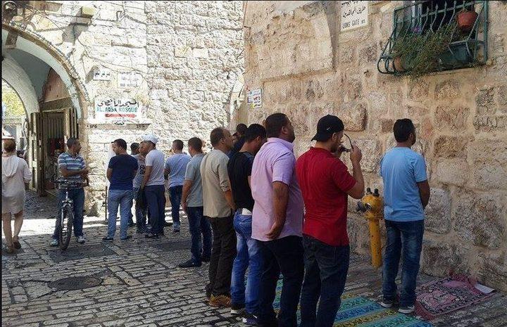 المقدسيون يؤدون صلاة الفجر عى باب حطة
