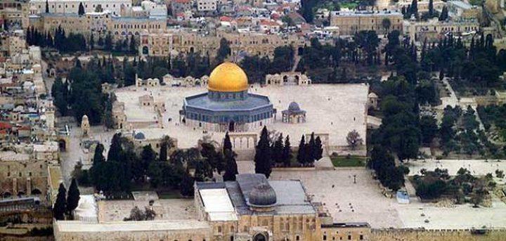 الفلسطينيون يؤدون صلاة الجمعة خارج المسجد الأقصى