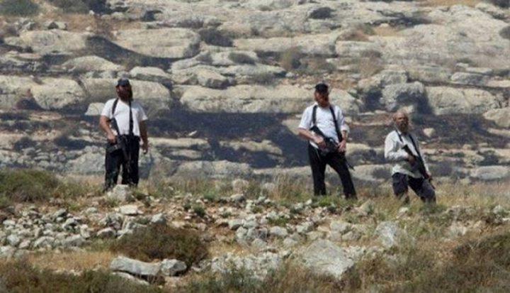بيت لحم: مستوطنون يشقون طريقا وينصبون بركسات