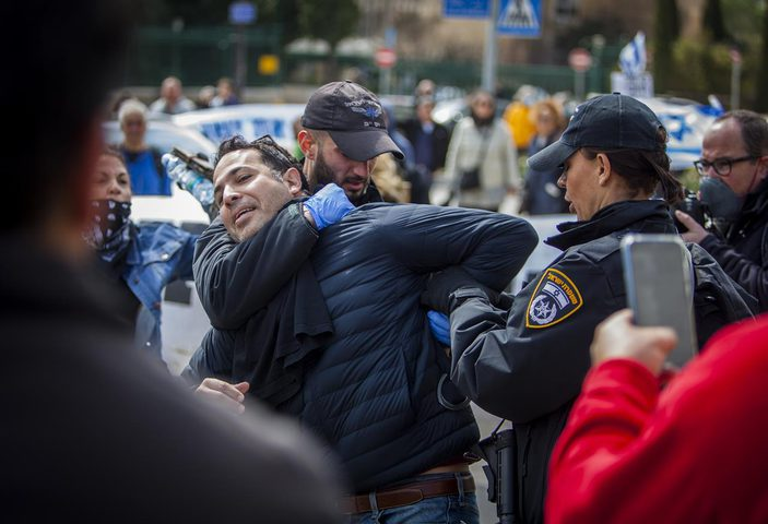 اعتقال سائق اقتحم بسيارته مركز فحوصات الكورونا في حيفا
