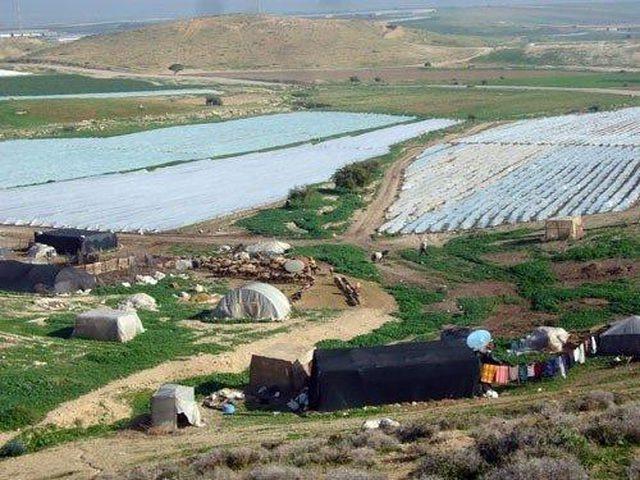 الاحتلال يخطر بوقف البناء بمشروع خلايا شمسية وكرفان بالأغوار