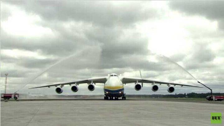 نموذج مطور من أضخم طائرة في العالم يقوم بأول تحليق له