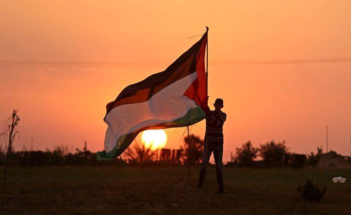 الفلسطينيون يحيون الذكرى 44 ليوم الأرض برفع الأعلامفوق المنازل