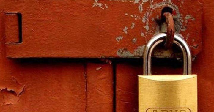 الخليل: الاقتصاد تُغلق محلاً تجارياً يبيع مواد منتهية الصلاحية