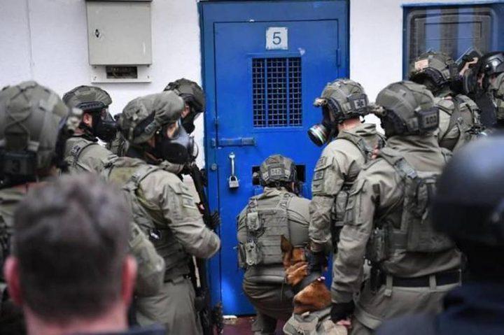 """أسرى """"عوفر""""يشرعون بخطوات احتجاجية بعد رفض الاحتلال أخذ عينات منهم"""
