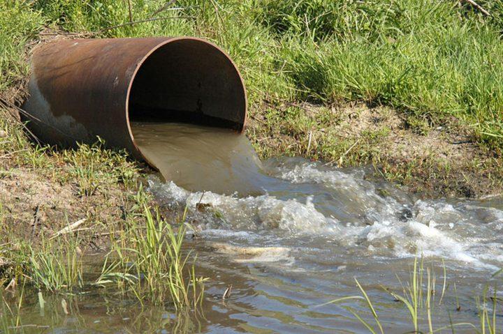 الاحتلال يجرف أراضي الخليل يغرق أخرى بالمياه العادمة