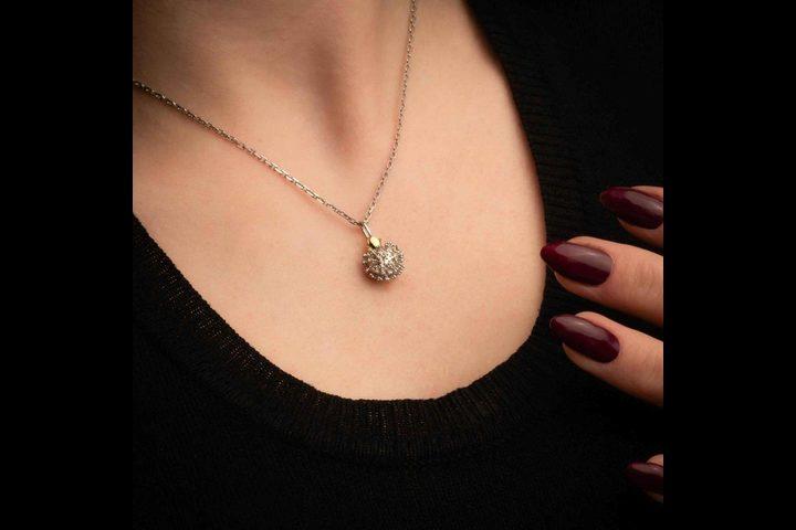 """روسيا.. شركة مجوهرات تبدأ بتصنيع قلادة فيروس """"عدو البشرية"""""""