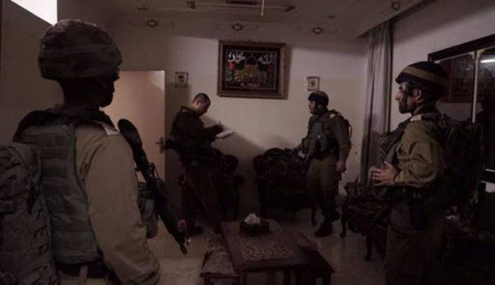 الاحتلال يفتش عددا من المنازل في يطا