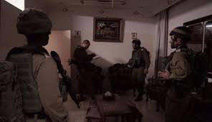 الاحتلال يفتش عددا من المنازل في يطا جنوب الخليل