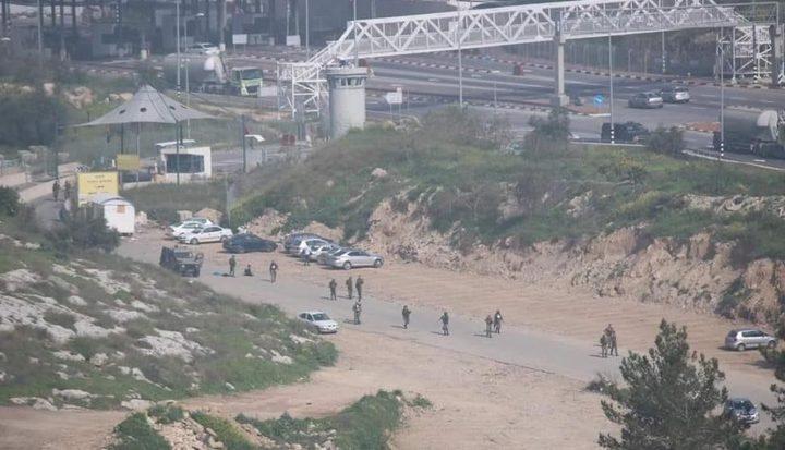 قوات الاحتلال تلقي عاملاً فلسطينياً مُشتبه إصابته بفيروس كورونا