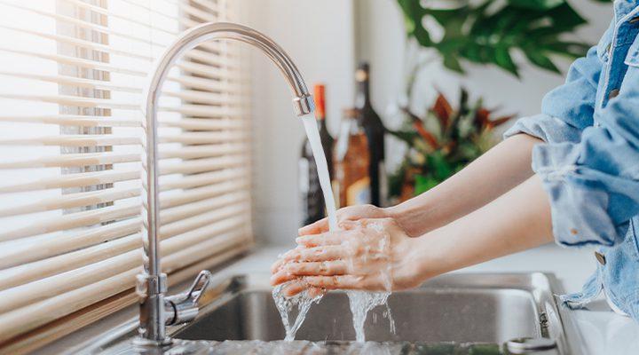 خبراء يحذرون من خطورة غسل الأيدي والتعقيم بكثرة