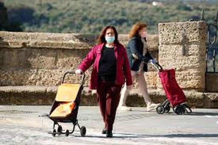 اسبانيا تسمح لبعض القطاعات بالعود للعمل مرتدين الكمامات