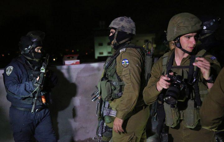 اعتقالات ومداهمات واصابات بالاختناق في الضفة