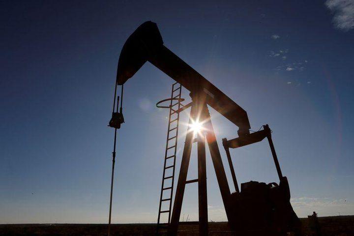 أسعار النفط تغلق متباينة مع تجاذب السوق