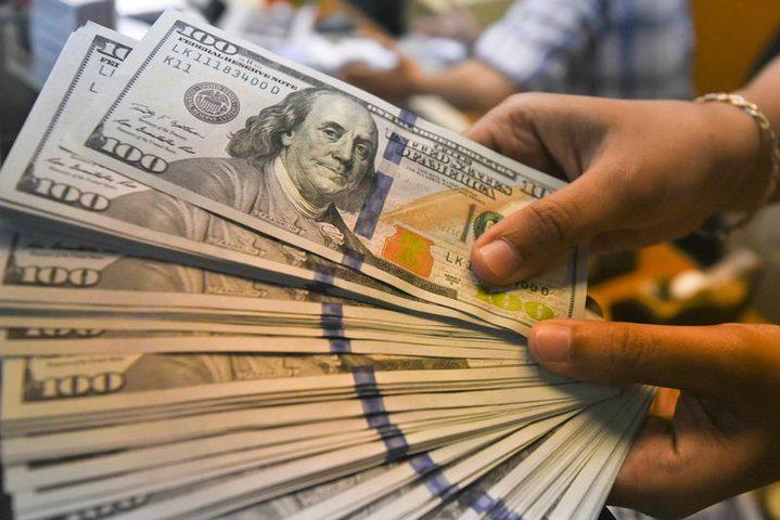الدولار ينخفض بفعل آمال بشأن عقار لكورونا