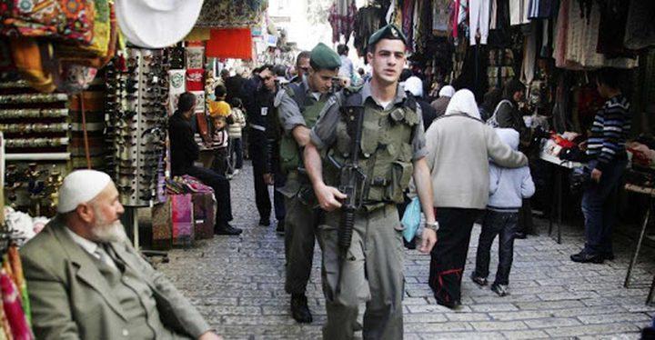 الاحتلال يقتحم منازل مواطنيين بالقدس ويغرّمهم لتوزيع النور المقدس