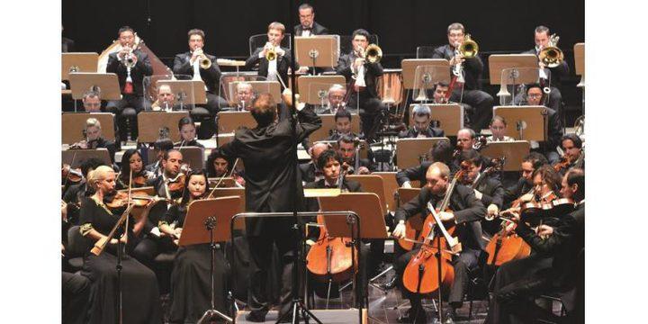 أعضاء من أوركسترا قطر يواجهون كورونا بالعزف
