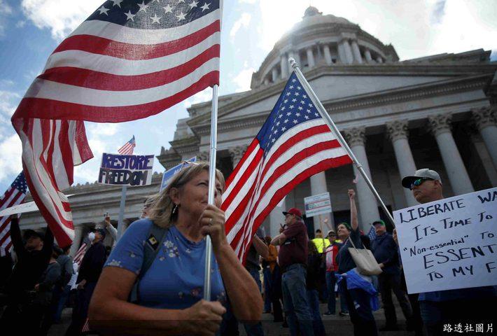 احتجاجات امام الكونجرس رفضا لاوامر البقاء بالمنازل