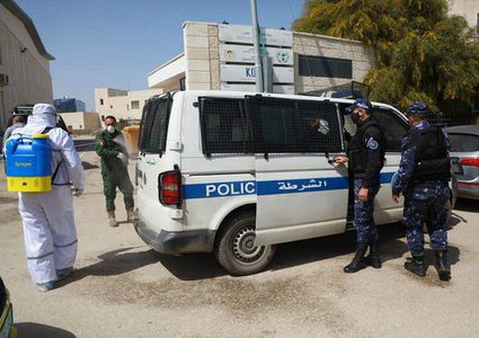 الشرطة تغلق 25 محلا لعدم التزامهم  بحالة الطوارئ في جنين والخليل