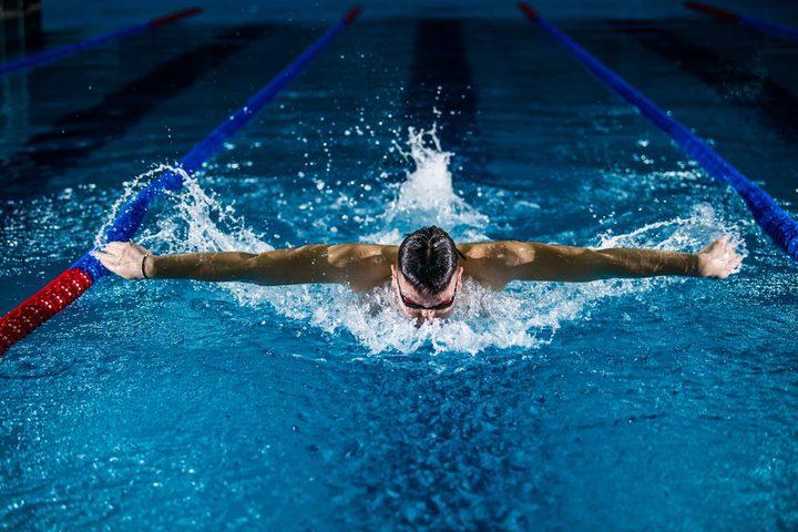 شاهد بطل سباحة يحول حاوية قمامة إلى مسبح