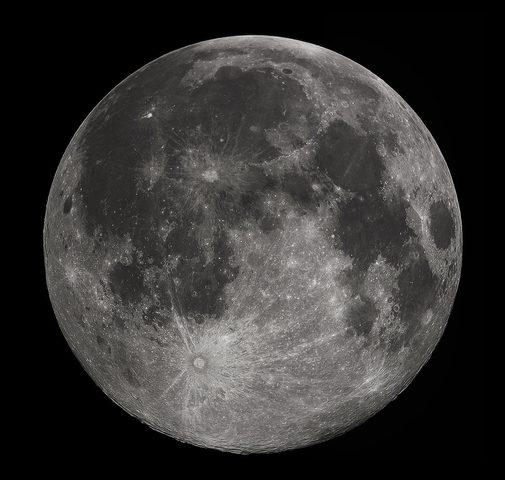 العلماء يكتشفون ظاهرة جديدة على سطح القمر