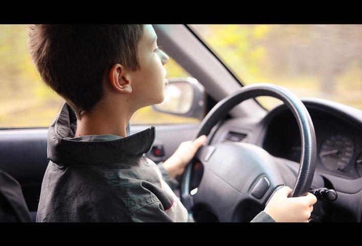 شاهد طفل بعمر الخامسة يقود سيارة على الطريق السريع