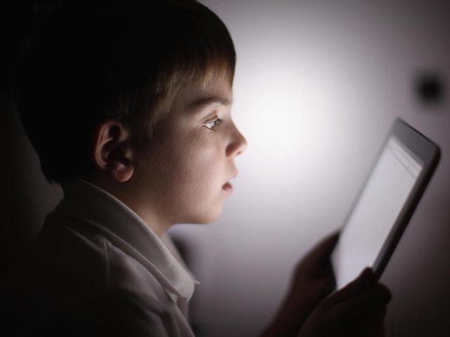 تحذير.. كورونا يزيد نسبة إدمان الأطفال على الأجهزة الإلكترونية