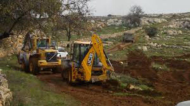 مستوطنون يجرفون مساحات من أراضي المواطنين جنوب الخليل