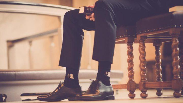 خبيرة تحذر من خطورة ارتداء الأحذية خلال العمل من المنزل