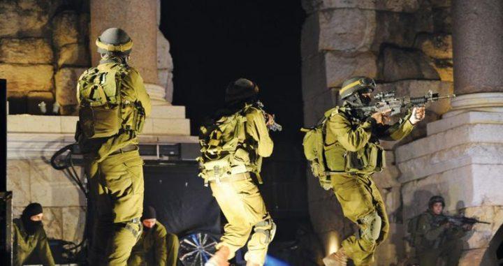 اعتقالات ومداهمات بالضفة والاحتلال يعلن مقتل أحد جنوده في جنين