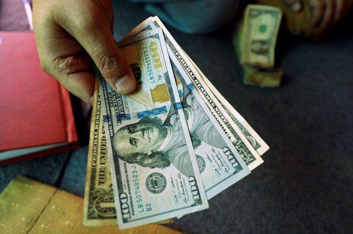 الدولار يرتفع ويتمسك بمكاسبه