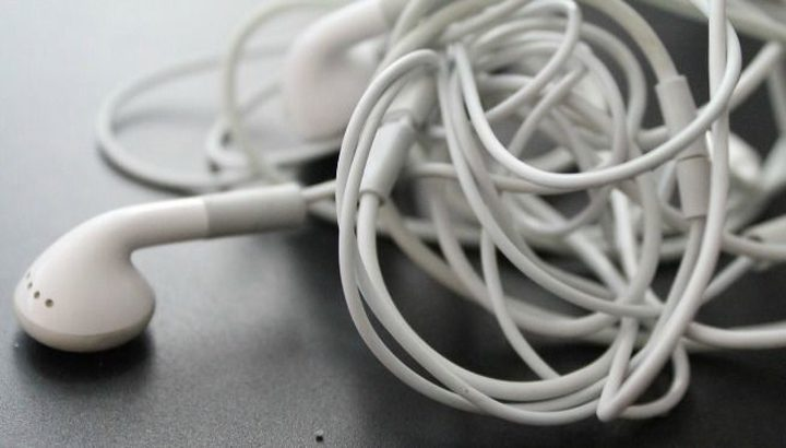 تحذير.. وضع سماعات الأذن لساعات طويلة يصيبك بمشكلة صحية خطيرة