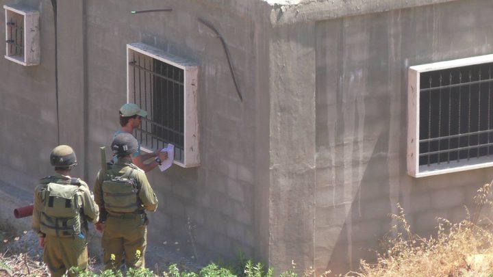 الاحتلال يخطر بوقف البناء في 8 منازل وغرف زراعية غرب بيت لحم