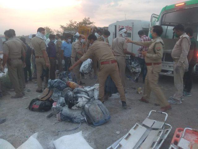 23 عاملا يلقون مصرعهم في حادث تصادم شاحنتين بالهند