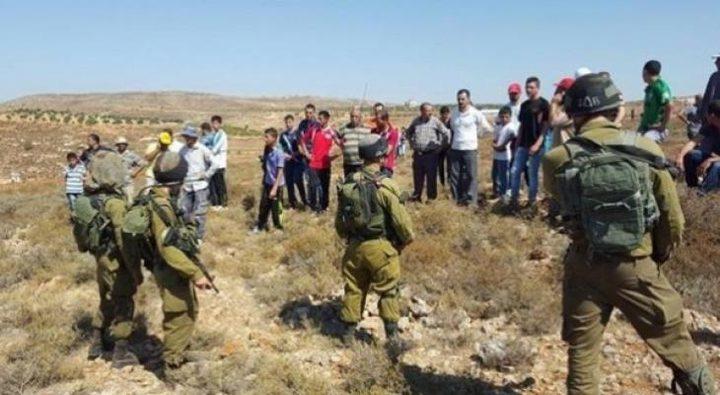 """قوات الاحتلال تمنع مزارعي """"قريوت"""" بنابلس من حراثة أراضيهم"""