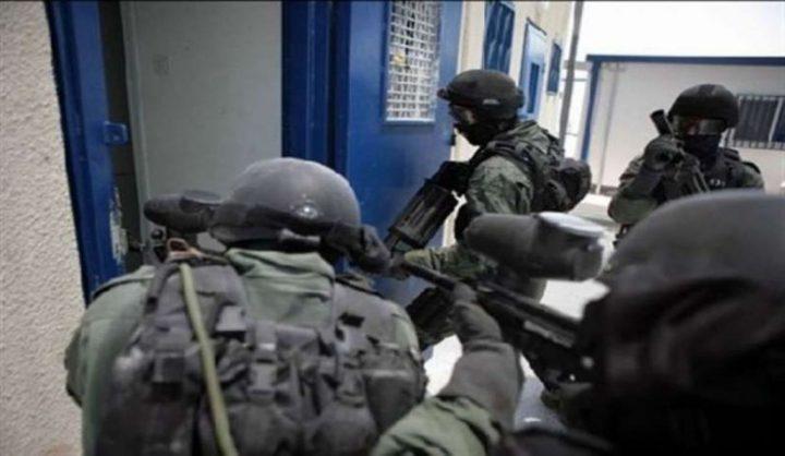 قوات القمع تقتحم قسم 3 بسجن عسقلان وتنكل بالاسرى