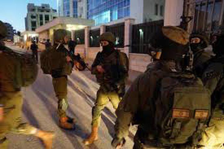 الاحتلال يشن حملة اعتقالات ومداهمات في مختلف محافظات الضفة