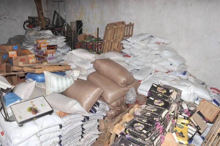 الخليل: اغلاق مستودع مواد غذائية منتهية الصلاحية