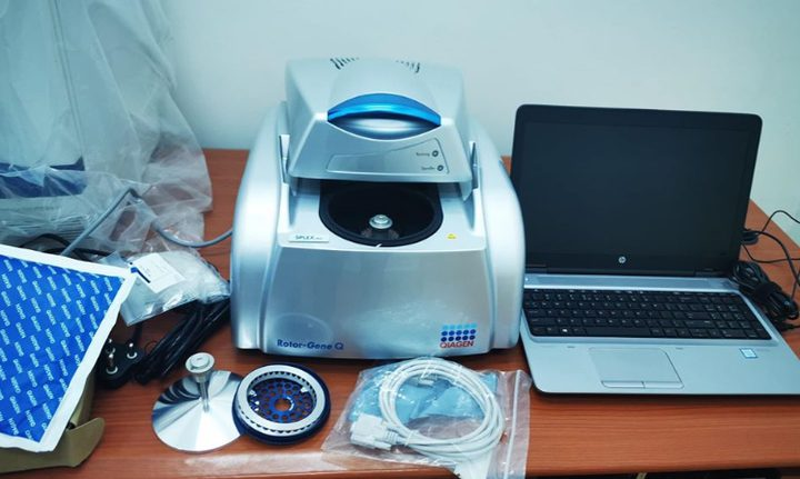 """الخليل تتسلم جهاز """"PCR"""" لفحص فيروس كورونا"""