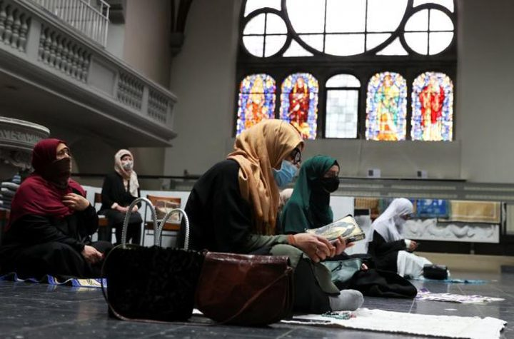 """""""كورونا"""" يجمع المصلين المسلمين في كنيسة ببرلين"""