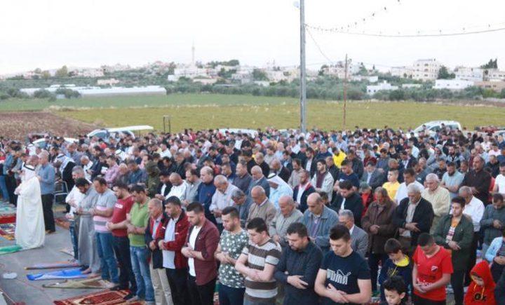 مواطنون يؤدون صلاة العيد في الضفة رغم المنع